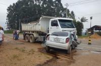 Quatro suspeitos de assalto morrem após carro colidir com caminhão, em SC