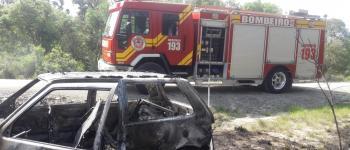 Veículo fica destruído após pegar fogo no interior de Monte Castelo