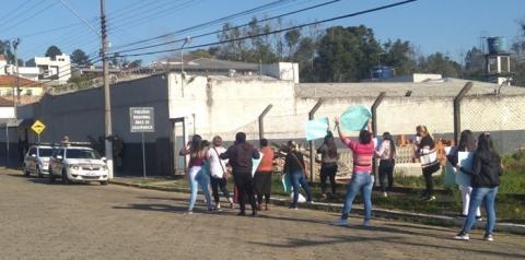 Familiares de presos fazem manifestação em frente ao Presídio de Mafra