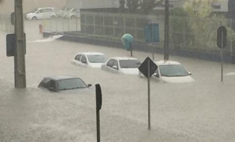 Curitiba debaixo d'água! Chuva faz estragos e alaga ruas em vários bairros