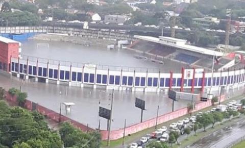 Vila Capanema é tomada pela água durante forte temporal em Curitiba