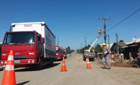 Caminhão fica energizado ao arrebentar afiação da rede elétrica no Bairro Santa Mônica em Papanduva