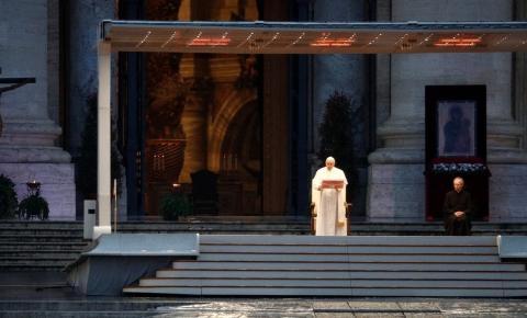 Dia histórico: Papa reza só e concede indulgência plenária por pandemia de coronavírus