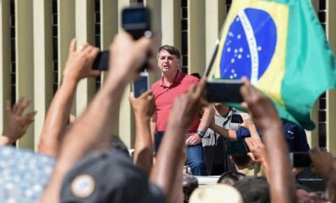 Bolsonaro discursa para manifestantes em ato contra o Congresso e a favor da intervenção militar