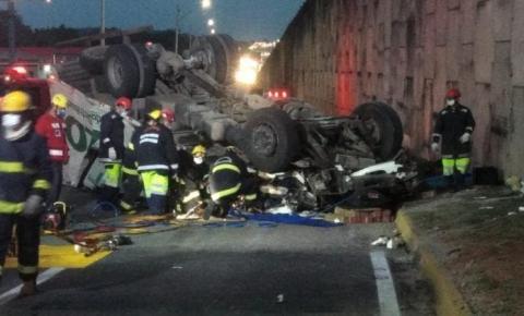 Caminhão cai de viaduto e motorista fica preso às ferragens na BR 101, em Joinville