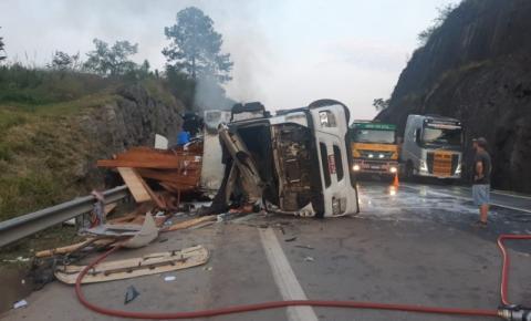 Caminhão tomba e mata quatro pessoas na BR-101, em Balneário Camboriú