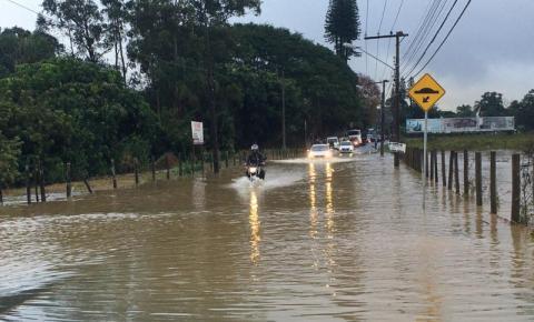 Chuva causa prejuízos, alagamentos e deslizamentos de terra em SC