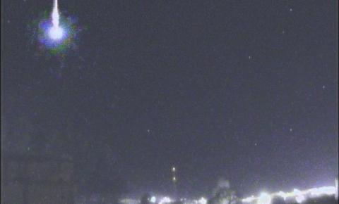 Meteoro explode ao entrar na atmosfera e fenômeno é registrado por câmeras de Monte Castelo SC